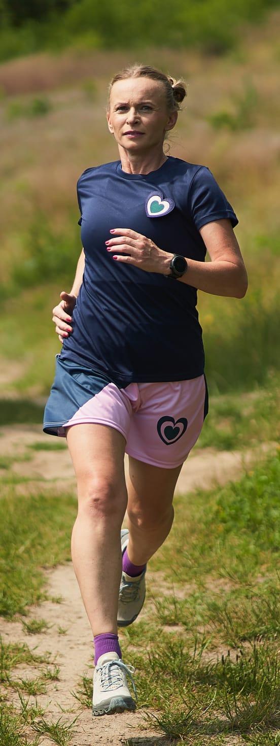 Wiolka Czuryńska biegnie w spódniczce FKN
